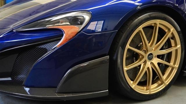 Spoiler do carro também é de fibra de carbono