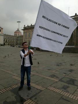 Juan José Santacruz, promotor del Referendo al Congreso 2017 en 'firmatón' en la Plaza de Bolívar de Bogotá
