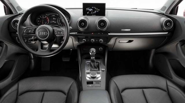Interior traz novo volante multifuncional, entradas USB e central multimídia com espelhamento para smartphones