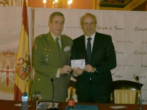 El JEME y el director de correos muestran el sello conmemorativo del aniversario de la base.