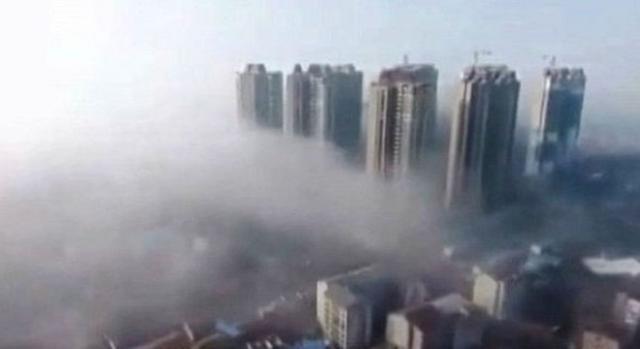 Foto 2 mostra os mesmo edifícios, dessa vez sem a poluição (Youtube)