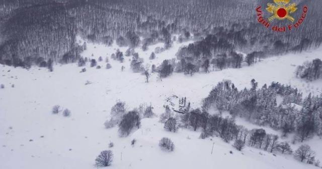 Italia: 30 desaparecidos tras un alud que sepultó un hotel