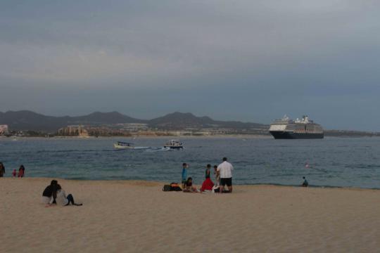 Playa Empacadora desde donde se ve acercarse un navío o crucero de turistas.
