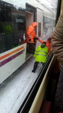Operarios de Renfe y miembros de protección Civil ayudando a trasladar pasajeros. Fuente: María Martínez