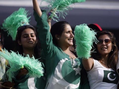 PAk fans cheering for their team in Aus (Panasiabiz,com)
