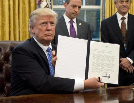 Donald Trump honors campaign promise on first work day in White ... - bostonglobe.com