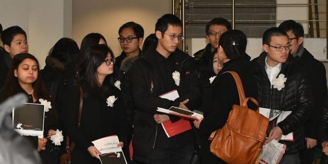 Die Kommilitonen von Yangjie Li erinnern vor dem Gerichtssaal im Dessauer Landgericht an die getötete Studentin. Foto: mz-web.de/Lutz Sebastian