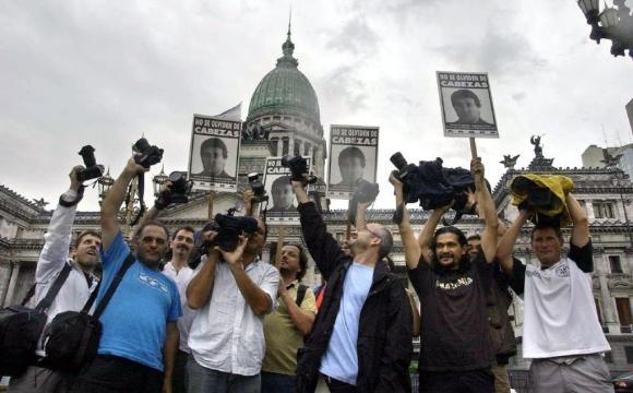 Periodistas y fotógrafos en protesta frente al Congreso de la Nación pidiendo justicia por su colega José Luis Cabezas