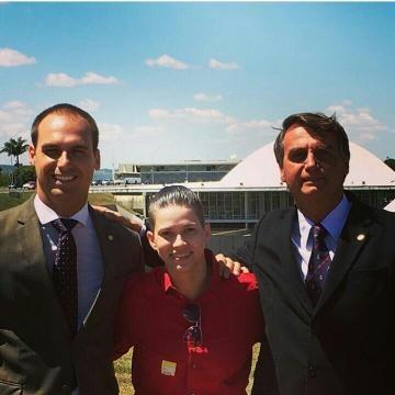Karol Eller ao lado de Jair Bolsonaro e seu filho, Eduardo Bolsonaro