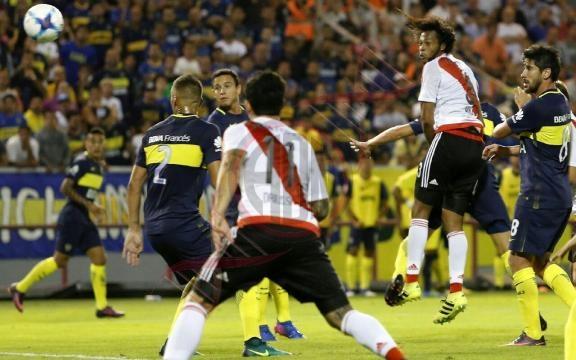 Arturo Mina ya conectó el cabezazo para marcar el 2-0 de River