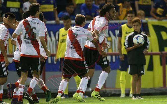 Arturo Mina ya convirtió y todo River festeja el segundo tanto de la victoria 2-0 en el Superclásico