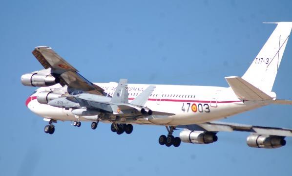 El jubilado B-707 escoltado por F-18. Su cese limitó en capacidades al EDA sin remplazo concreto.