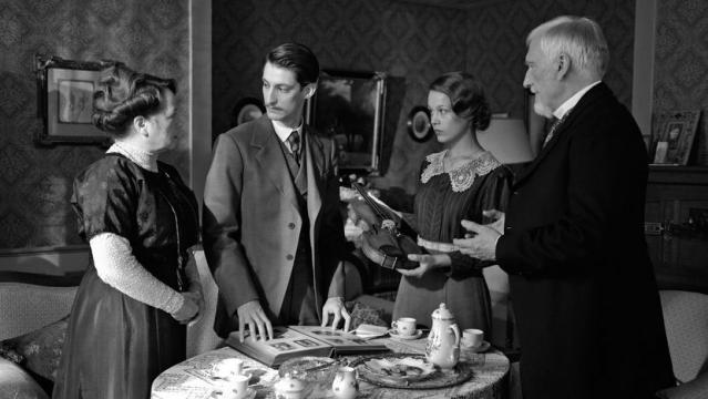 Otra escena de 'Frantz', con los dos protagonistas y los padres del soldado alemán muerto en la guerra.