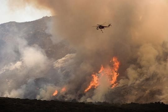 Helicopter drops water and fire retardant (Image credit - Andrea Booher – Wikimedia Commons)