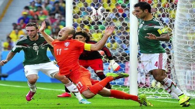 Robben cae dentro del área y el árbitro marca penal contra México