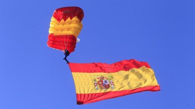 Un parașutist aduce drapelul spaniol