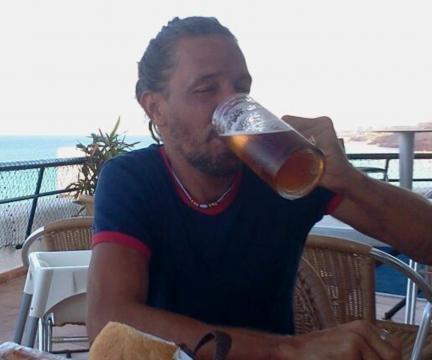 Maico bebiendo cerveza en una terraza de Ibiza