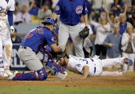 La jugada de Contreras al bloquear el plato, provocó la expulsión del skipper Joe Maddon.-yahoosports.com.