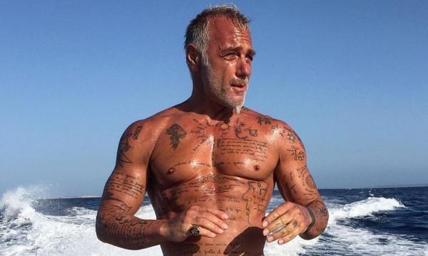 Sulla sua barca, Gianluca Vacchi, trascorre le vacanze - djmagitalia.com
