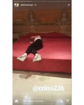 Cristina disfrutando de una de las camas lujosas.
