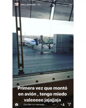 Cristina subiendo por primera vez a un avión.