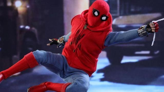Homem-Aranha com o uniforme caseiro em