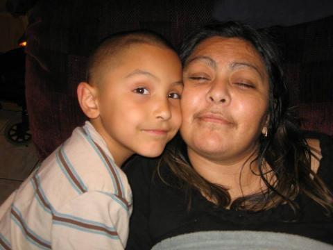 Mãe de Gabriel Fernandez em foto com o filho antes do crime