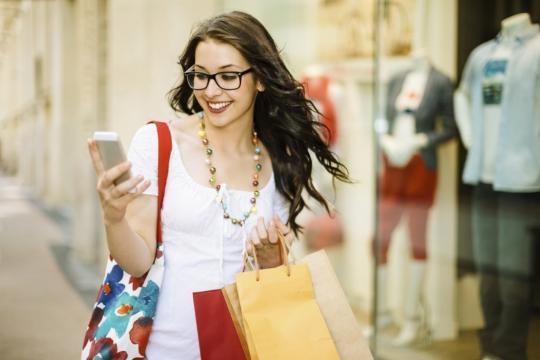 Große Shopper sind zwar trendy, jedoch können sie zu Rückenbeschwerden beitragen - owneriq.com
