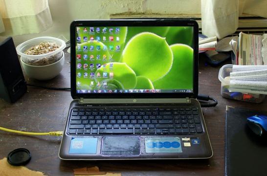 A laptop setup (Image Credit – Yinan Chen – Wikimedia Commons)