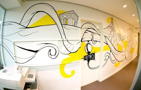 Decoração com wall painting integrado ao acesso do corredor (Divulgação).