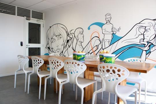 Decoração com wall painting integrado ao refeitório (Divulgação).