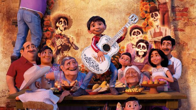 Cartel de Coco en donde se aprecian la mayor parte de los personajes principales, y de la familia del protagonista.
