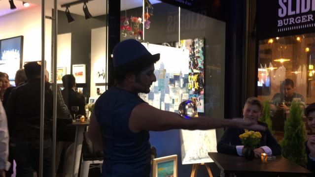 Un artista circense entretiene a los asistentes