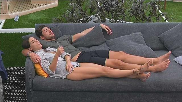 Cecilia e Moser abbracciati sul divano
