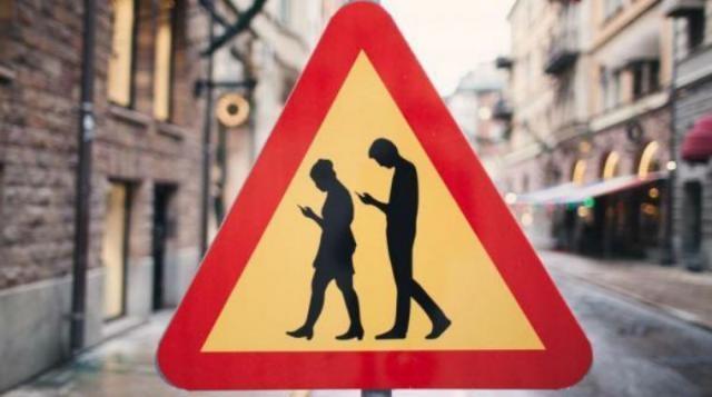 Le disattenzioni dovute al cellulare rappresentano un rischio concreto nel traffico cittadino