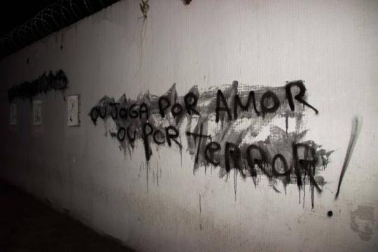 Muro pichado por torcedores do Corinthians