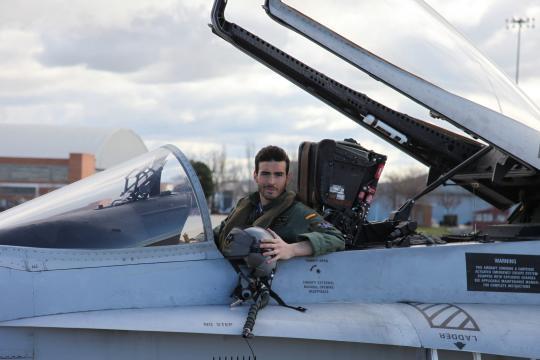 El teniente Serrano a bordo de su F-18 en una foto reciente