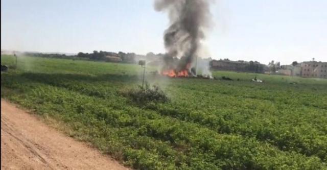 Los restos del caza del capitán Aybar arden con fuerza en un sembrado cercano a la base