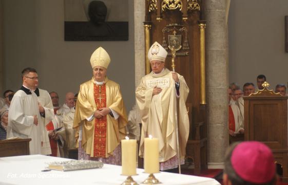 Abp Grzegorz Ryś otrzymał z rąk nuncjusza pastorał, który jest symbolem jego władzy biskupiej w diecezji (fot. Adam Sęczkowski)