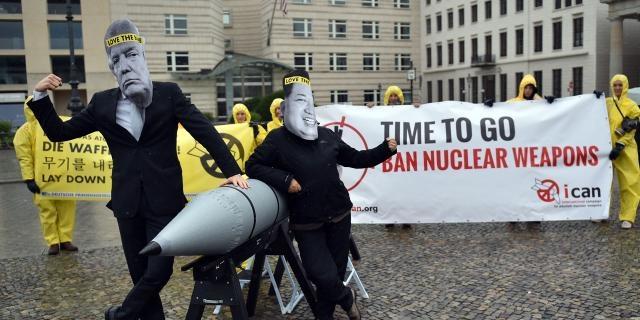 Manifestation de l'ICAN, le 13 septembre 2017 devant l'ambassade des Etats-Unis à Berlin, en désaccord avec Trump et Kim Jong-Un