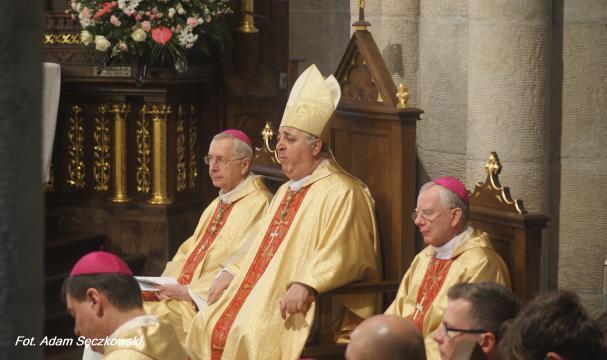 Od lewej: abp Stanisław Gądecki, abp Salvatore Pennacchio, abp Marek Jędraszewski (fot. Adam Sęczkowski)