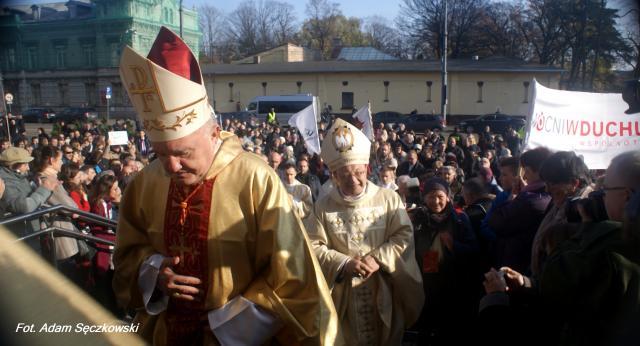 Uroczysta procesja z domu biskupiego do Katedry (fot. Adam Sęczkowski)