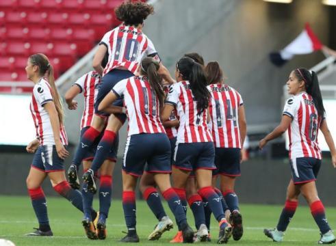 Festejo de Chivas Femenil tras ganar el partido de ida (vía Twitter @ChivasFemenil)