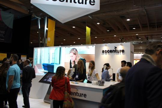 Stand da Accenture onde se poderia ver em tempo real a impressão em 3D
