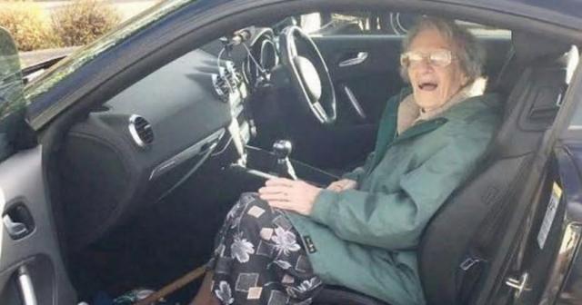 Aos107 anos, Bessie Farnworth ainda dirige seu próprio carro