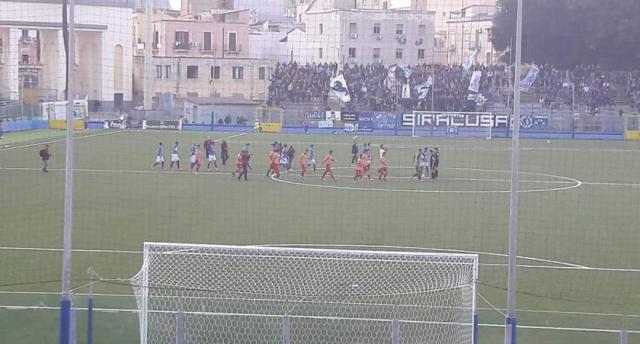 Le squadre entrano in campo in Siracusa- Lecce. Foto Salento Giallorosso.