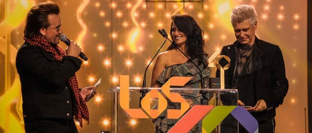 la-actriz-Penélope-Cruz,-al-cantante-Bono-y-Adam-Clayton,-de-U2,-en-LOS40-Music-Awards