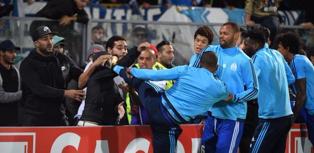 Le geste de Patrice Evra en Ligue Europa lui vaut une sanction lourde de la part de l'UEFA. (DR)
