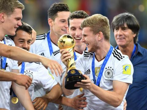 Die Deutschen haben ständig irgendwelches Edelmetall in den Fingern. Hier den Confed-Cup. Fotoquelle: strandjournal.com