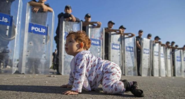 Migranti Italia bimbo 5 anni vagone treno - ilgiornale.it
